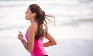 在跑步的马尾秀发美女摄影高清图片