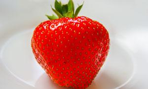 放盘子里的大草莓特写摄影高清图片