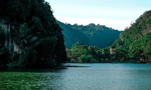 青山与平静的湖面风光摄影高清图片