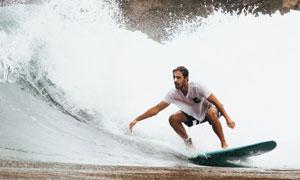 在乘着浪花的冲浪人物摄影高清图片
