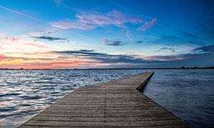 黄昏海景与延伸到海面上的栈桥图片