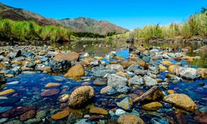 蓝天山丘草丛乱石风景摄影高清图片