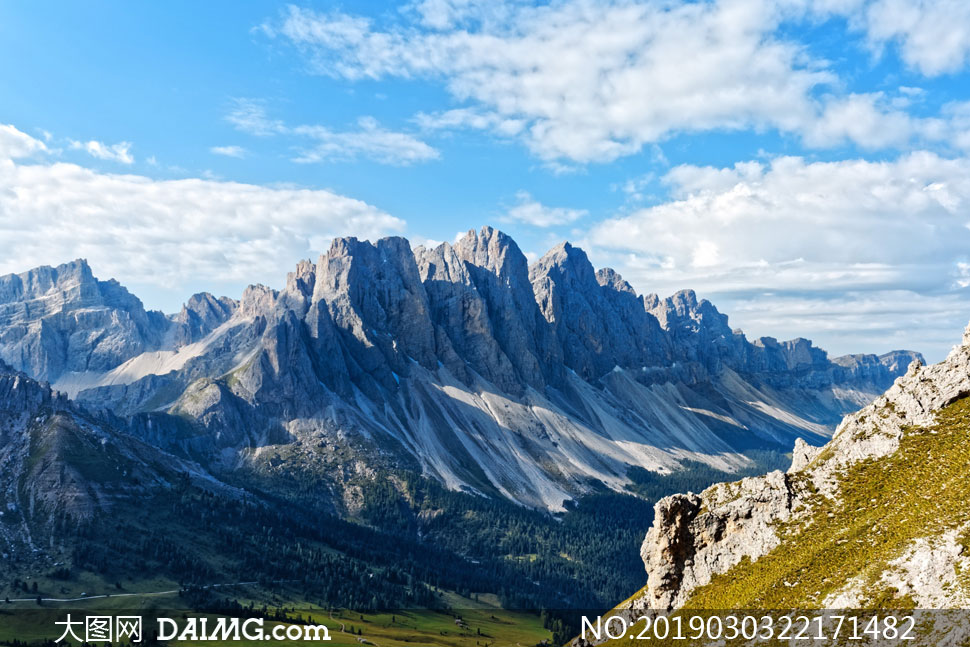白云与巍峨的高山风光摄影高清图片
