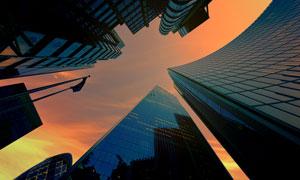 黄昏时的城市建筑仰拍摄影高清图片