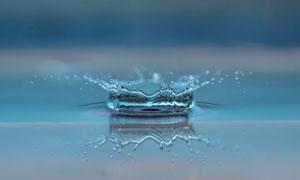 水面上迸溅的水花定格摄影高清图片