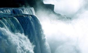 云雾中落入山涧的瀑布摄影高清图片