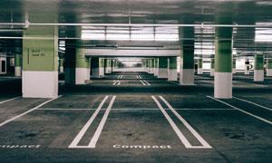 装修一新的地下停车场内景高清图片