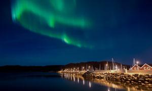 湖边小屋与空中的极光摄影高清图片