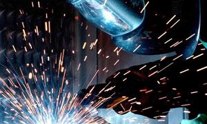 焊工作业时火花四溅的场景高清图片