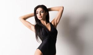 黑色泳裝打扮長腿美女攝影高清圖片