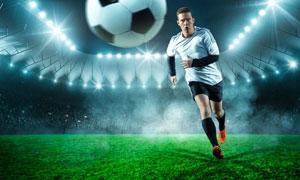 跑着追球的足球运动员摄影高清图片