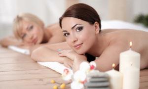 趴着做美容护理的美女摄影高清图片