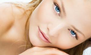 做美容护肤的美女特写摄影高清图片
