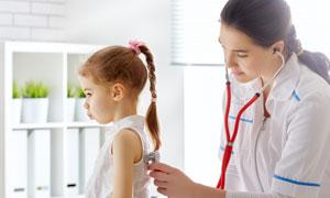 正在体检的小女孩儿童摄影高清图片