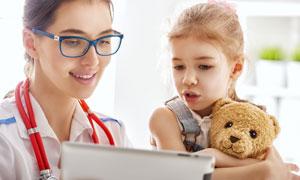 在与医生交流的小女孩摄影高清图片