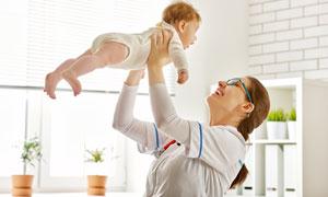 把宝宝举高的美女医生摄影高清图片