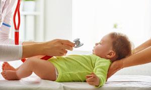 讓醫生檢查身體的寶寶攝影高清圖片