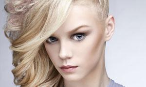 侧偏卷发造型时装模特摄影高清图片