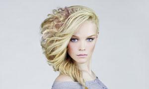 婀娜身姿卷发发型美女摄影高清图片