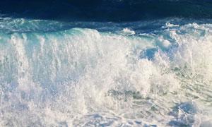 海面上波涛汹涌的海浪摄影高清图片