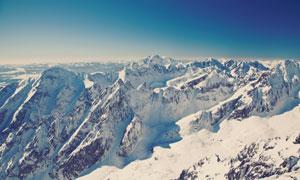 晴朗天空下的连绵群山风光高清图片
