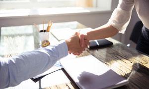 起身跟客户握手的人物特写高清图片