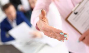 伸出手做握手状的人物摄影高清图片