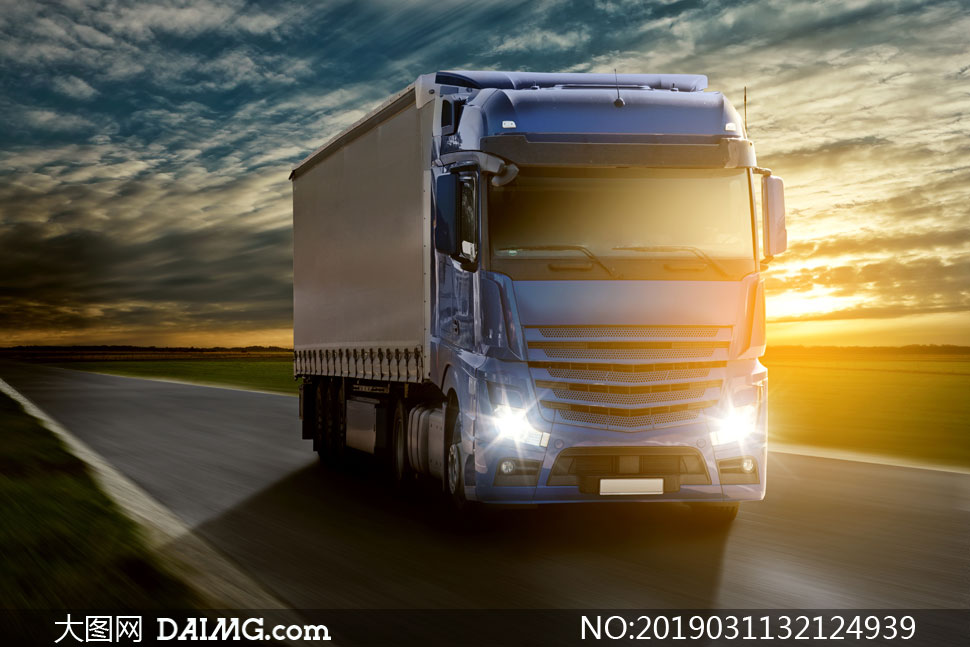 跑长途运输的厢式货车摄影高清图片