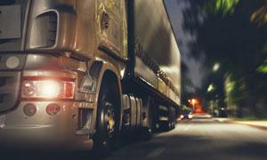 夜晚公路上的运输车辆摄影高清图片