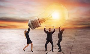 合力举灯泡的商务职场人物高清图片