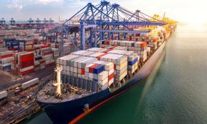 停靠在港口满载货物的船只高清图片