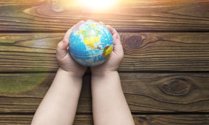 一雙胖手里的地球模型攝影高清圖片