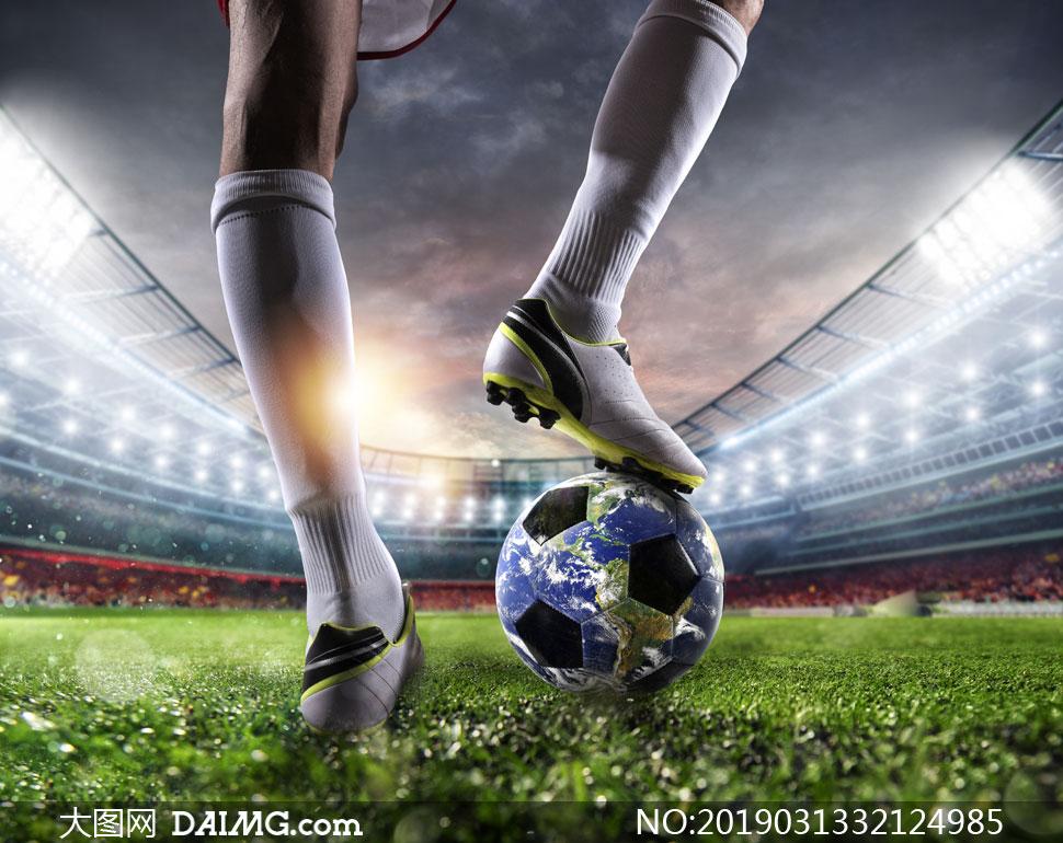 被踩在球员脚下的足球创意高清图片