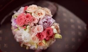 不同颜色玫瑰话混搭一起的捧花图片