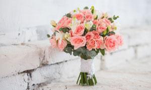 靠墙立着的玫瑰花花束摄影高清图片