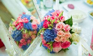 放在镜子前的鲜艳花束摄影高清图片