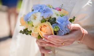 新娘拿着的玫瑰花捧花特写高清图片