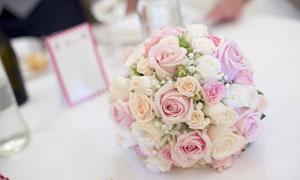 婚宴桌上的粉红色花束摄影高清图片