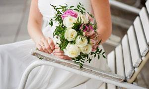 躺椅上新娘手中的花束摄影高清图片