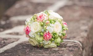 珍珠装饰的白玫瑰捧花摄影高清图片