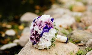 放在岩石上的婚庆捧花摄影高清图片