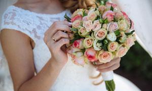 甜蜜幸福新娘手中的玫瑰花高清图片