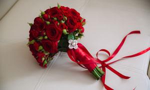 红色丝带包起来的玫瑰花束五百万彩票图片