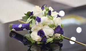 紫色花装饰的玫瑰花束摄影高清图片