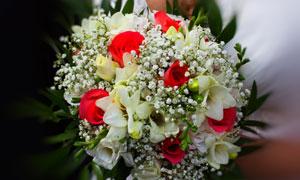 多种鲜花包成的婚庆用捧花高清图片