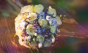 桌上的白色玫瑰花朵等花束高清图片