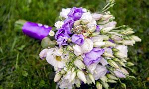 双色花束上的结婚对戒摄影高清图片