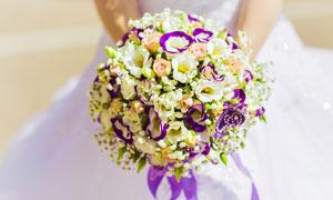 拿在新娘手中的一大束鲜花高清图片