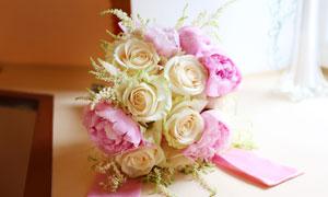 白色与粉色花朵搭配的捧花高清图片