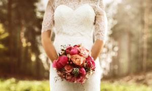 手拿着红色捧花的新娘人物高清图片